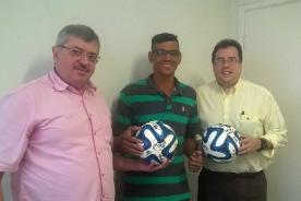 """ACMD entrega bolas autografadas do Santos FC para o projeto """"Jogando com Alegria"""""""